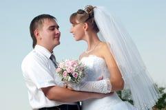 Glückliche Braut und Bräutigam draußen Stockfotografie