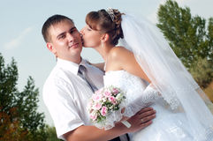 Glückliche Braut und Bräutigam draußen Stockbild