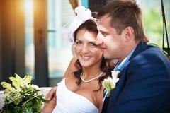 Glückliche Braut und Bräutigam in einem hellen Raum Stockbilder
