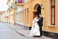 Glückliche Braut und Bräutigam in einer alten Stadt Stockfotos