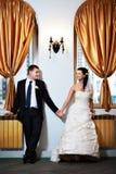 Glückliche Braut und Bräutigam halten jeder des anderen Hand an Stockfotos