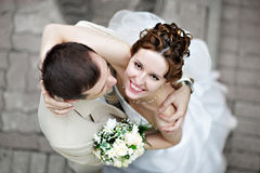 Glückliche Braut und Bräutigam am Hochzeitsweg Stockfotos