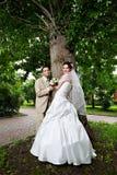 Glückliche Braut und Bräutigam am Hochzeitsweg Stockbild