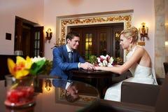Glückliche Braut und Bräutigam im Innenraum des Hotels Stockfotografie