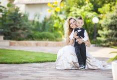 Glückliche Braut und lächelnder kleiner Junge Stockfotografie