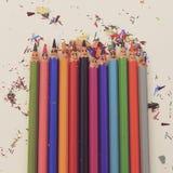 Glückliche bunte Bleistifte Stockfotos