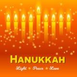 Glückliche Chanukka-Grußkarte, Chanukka beleuchtet auf dunkelorangefarbigem Hintergrund Lizenzfreie Stockbilder
