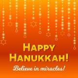 Glückliche Chanukka-Grußkarte, Chanukka beleuchtet auf dunkelorangefarbigem Hintergrund Lizenzfreie Stockfotografie