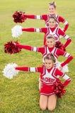 Glückliche Cheerleadern während der Ausstellung stockfotografie