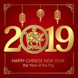 Glückliche chinesische Fahnenkarte 2019 des neuen Jahres mit Goldschweinsternzeichen und Porzellangeldmünze und Laterne auf rotem vektor abbildung