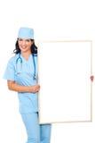 Glückliche Chirurgfrau mit unbelegtem Schild Stockfoto