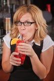 Glückliche Dame Sipping Drink Lizenzfreie Stockfotografie