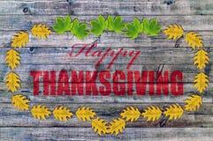 Glückliche Danksagung auf Holz mit gelben Blättern Lizenzfreie Stockbilder