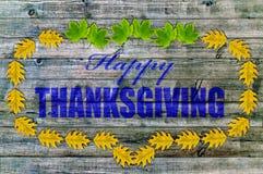Glückliche Danksagung auf Holz mit gelben Blättern Stockbild