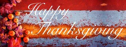 Glückliche Danksagung auf Weinleseholz mit Kürbisen und Blättern lizenzfreie stockfotografie