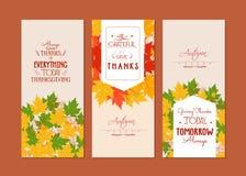 Glückliche Danksagung Drei Herbstfahnen mit bunten Blättern Stockbild