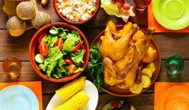 Glückliche Danksagung! Festliche Tabelle mit gebackenem Huhn stockbild