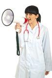 Glückliche Doktorfrau mit Megaphon stockfoto