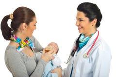 Glückliche Doktorfrau mit neuer Familie Stockfoto