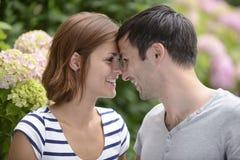 Glückliche draußen flirtende Paare Stockfotografie