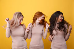 Glückliche drei Damen, die Haar rütteln Lizenzfreie Stockfotos