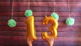 Glückliche dreizehn-Geburtstags-Feier, goldene Luftballone mit Nr. 13 stock footage