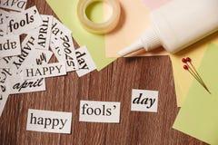 Glückliche Dummkopf-Tagesphrase auf hölzernem Hintergrund Stockfotografie