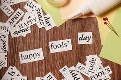 Glückliche Dummkopf-Tagesphrase auf hölzernem Hintergrund Stockfoto