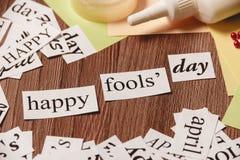 Glückliche Dummkopf-Tagesphrase auf hölzernem Hintergrund Lizenzfreie Stockfotografie