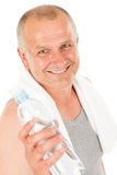 Glückliche Eignungeinfluß-Wasserflasche des älteren Mannes Stockfotos