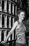 Glückliche Eignungsfrau in Rom, Italien, das Abstand untersucht Lizenzfreie Stockfotografie