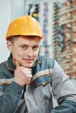 Glückliche Elektrikerarbeitskraft lizenzfreies stockfoto