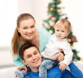 Glückliche Eltern, die mit entzückendem Baby spielen Lizenzfreie Stockbilder