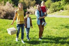 Glückliche Eltern, die mit ihren Kindern gehen lizenzfreies stockfoto