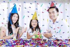 Glückliche Eltern feiern Geburtstag ihrer Tochter stockfotos