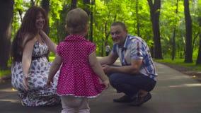 Glückliche Eltern mit Baby in einem Park stock video
