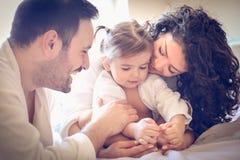 Glückliche Eltern mit ihrem kleinen Mädchen Porträt stockbild