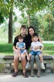 Glückliche Eltern und ihre Kinder Stockbilder