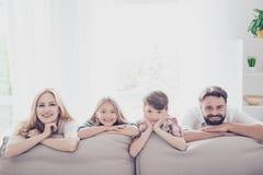 Glückliche Eltern und ihre netten Kinder - blondes kleines Mädchen, Brünette Lizenzfreies Stockfoto
