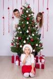 Glückliche Eltern und Tochter mit verziertem Weihnachtsbaum und GIF Stockbild