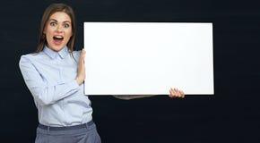 Glückliche emotionale Geschäftsfrau, die weißes Zeichenbrettstudio p hält Stockfotografie
