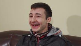 Glückliche emotionale Nahaufnahme des jungen Mannes lachen stock video footage