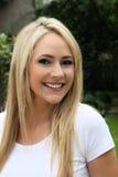 Glückliche enthusiastische blonde Frau Stockfoto