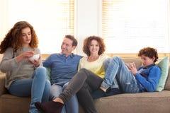 Glückliche entspannende Familie Stockfotografie