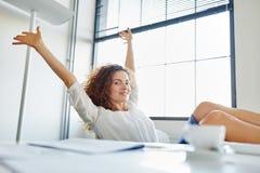 Glückliche entspannende Geschäftsfrau Stockfotografie