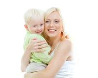 Glückliche entzückende Mutter, die ihr Kind in den Armen nimmt lizenzfreie stockfotografie
