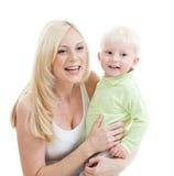 Glückliche entzückende Mutter, die ihr Kind in den Armen nimmt Stockbilder