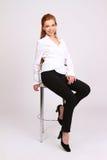 Glückliche erfolgreiche Geschäftsfrau im Stuhl auf weißem Hintergrund lizenzfreie stockbilder