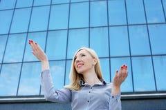 Glückliche erfolgreiche junge Geschäftsfrau Porträt, Stockfotos