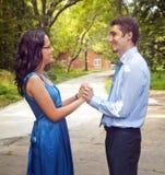 Glückliche erfolgreiche Paare nähern sich Ferienhaus Stockfotos